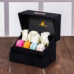جعبه گل لاوین مشکی 3 شاخه رز هلندی سفید