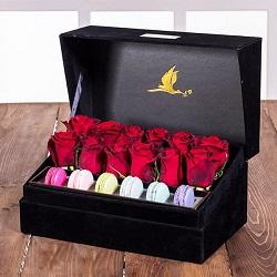 جعبه گل لاوین مشکی 12 شاخه رز هلندی قرمز