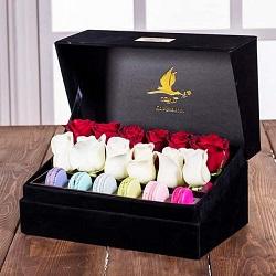 جعبه گل لاوین مشکی 12 شاخه رز هلندی سفید و قرمز