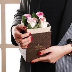 جعبه گل ژیوا 4 شاخه گل رز هلندی لب صورتی